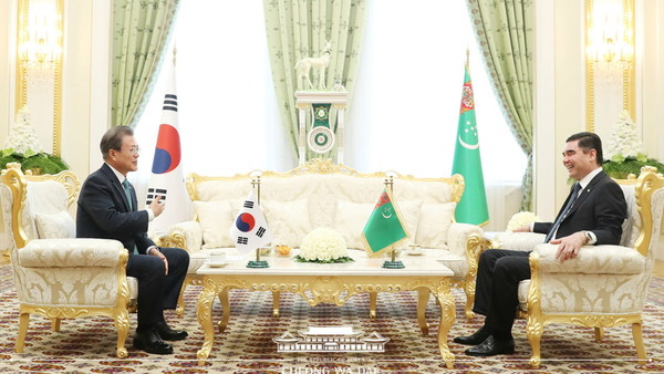 President Moon Jae-in (left) and President Gurbanguly Berdimuhamedow on April 17, 2019 announce plans to boost bilateral cooperation in sectors such as energy and infrastructure.