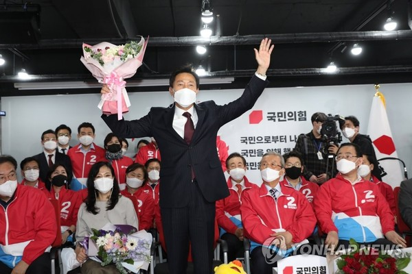 Oh Se-hoon, the candidate of the People Power Party, is delighted to receive a bouquet of flowers after winning the Seoul mayoral election at the party headquarters in Yeouido, Seoul, on April 8.