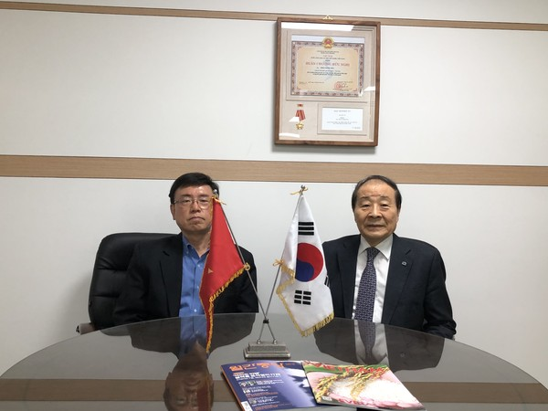 PANKO Chairman Choi Young-joo (right) and Korea Post Managing Editor Lee Kap-soo take a commemorative photo after the interview.